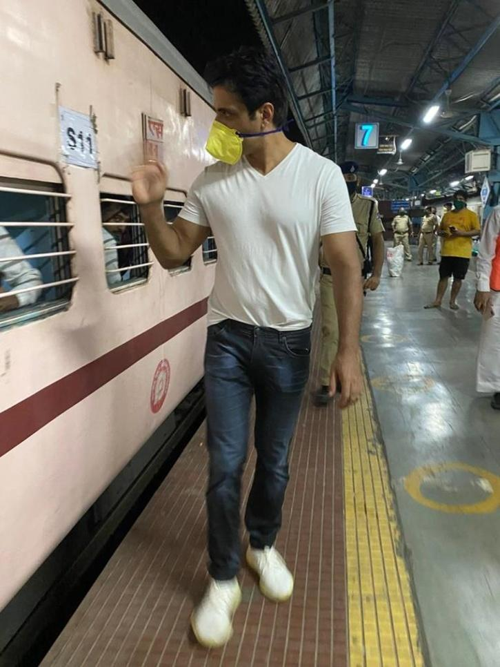 A viral image of actor Sonu Sood waving goodbye to stranded migrants by sending them home in trans free of cost / Agencies