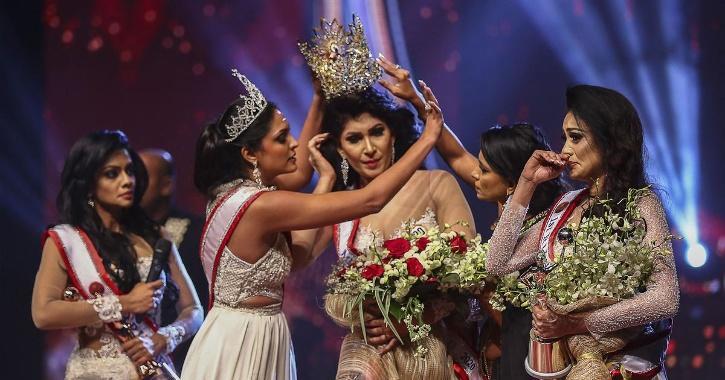 Caroline Jurie (second from left) forcibly removes the crown of Mrs Sri Lanka 2021 winner Pushpika de Silva / AFP