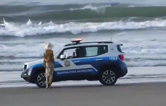 To register his unique protest against the beach closure, the man placed a mannequin of a woman to prank cops in the southeastern Brazilian state of São Paulo.