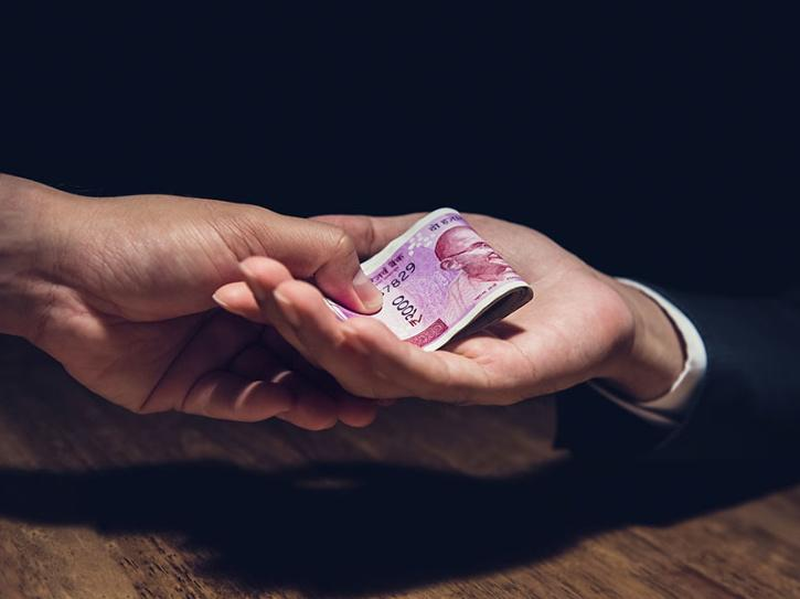 Mumbai tax inspector drops Rs 5 Lakh bribe money on road, triggers Bollywood-style chase