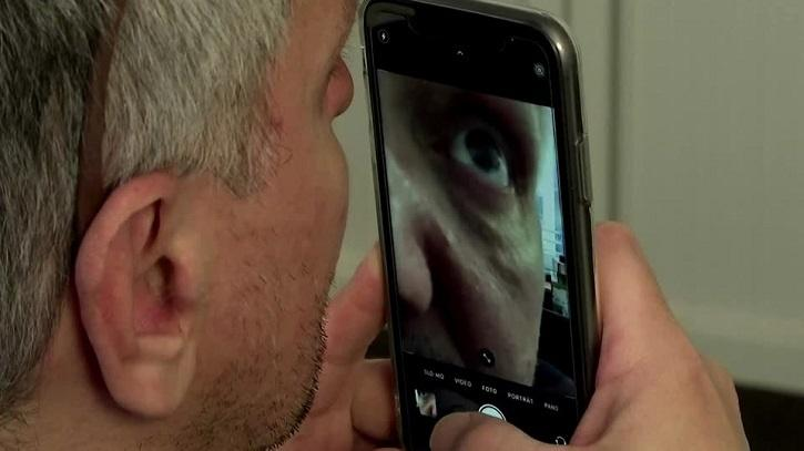 It uses a photo of the eye taken with a smartphone, and identifies the virus by means of a symptomatic inflammation called 'pink eye'.