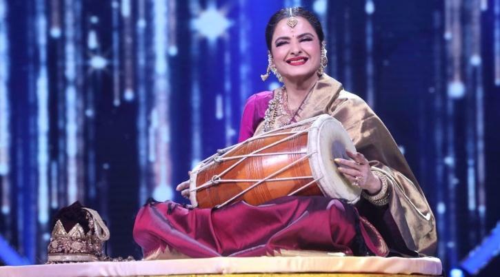Rekha paying Dholak on the sets of Indian Idol 12.