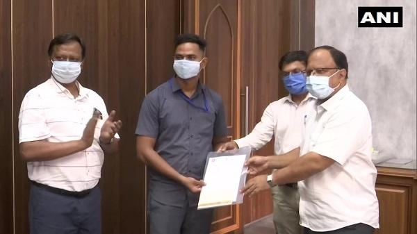 Ministry of Railways announced an award of Rs 50,000 for pointsman Mayur Shelke for his bravery.