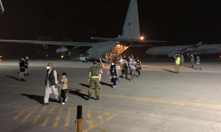 australian soldiers evacuate afghans