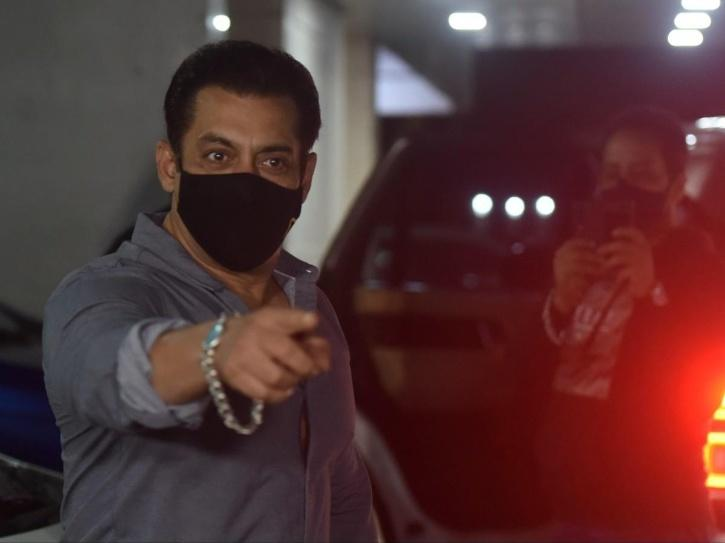As soon as the video with Salman making an entry in the airport surfaced, netizens quickly noted out how CISF official posted at the entrance stopped Khan so that he could confirm his identity.