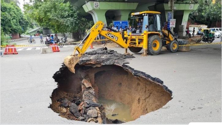 delhi sinkholes potholes