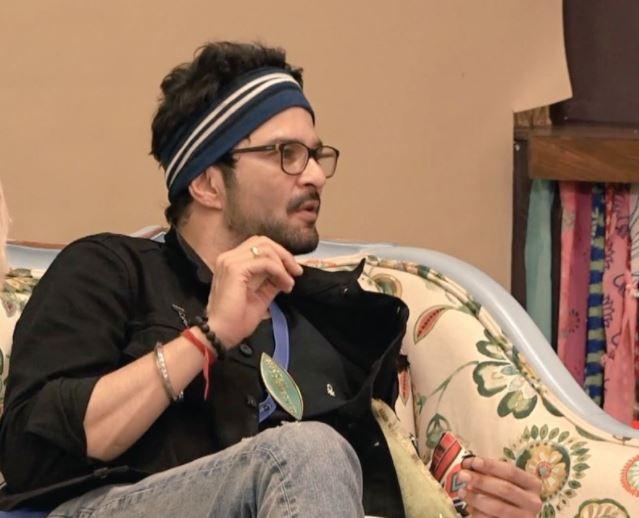 Talking to fellow housemates Shamita Shetty and Karan Nath, Raqesh recalled a very funny detail from his debut film.