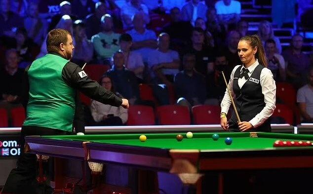 snooker players refuses to fist bump her ex who happens to be her ex