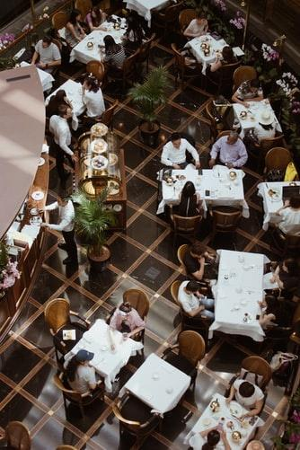 a restaurant full of people