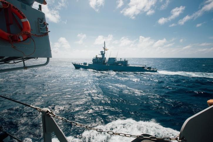 buque de guerra en el mar