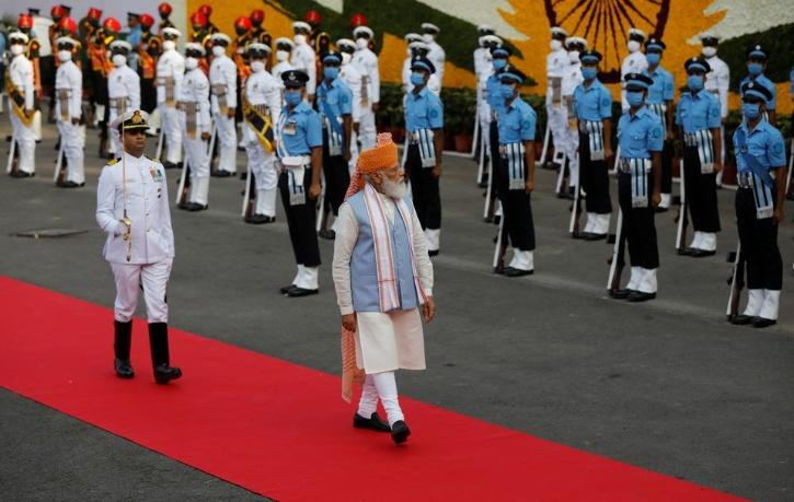 PM Modi inspects the honour guard at Red Fort