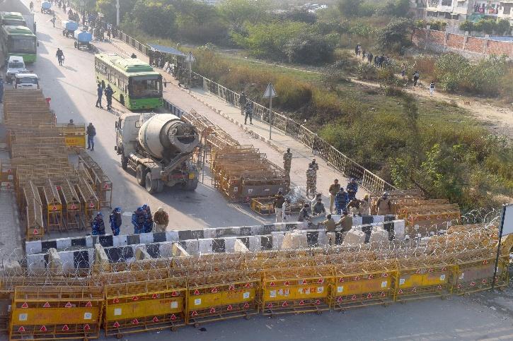 police dig roads delhi farmers