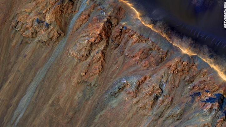 Bishop은 연구팀이 RSL이 지구에서 생성하는 어두운 선을 따라 궤도에서 볼 수 있으며 항상 태양을 향한 경사면에서 발생하는 경향이 있다고 말했다.