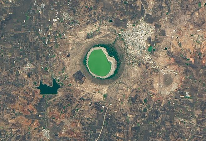 India's Lonar Lake Changes Color (May 25, 2020 - June 10, 2020)