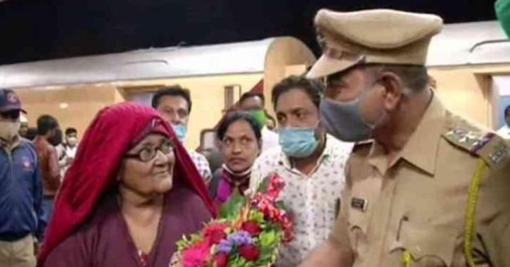 . Upon her return to India, Hasina Begum was received by her relatives and Aurangabad Police officials.