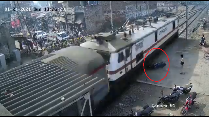 The video shows that the boom barrier in the closed state. We are not sure if there is a barrier on this side of the road though