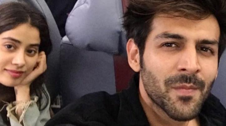 Kartik Aryan and Jahnvi Kapoor on a flight / Twitter