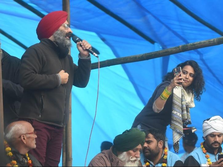 Rabbi Shergill and Swara Bhasker at Tikri Border concert for farmers.