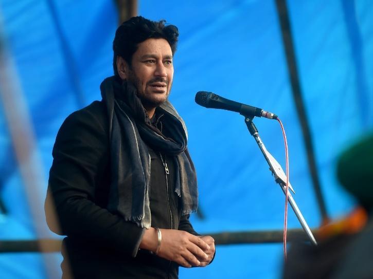 Harbhajan Maan at Tikri Border concert for farmers.