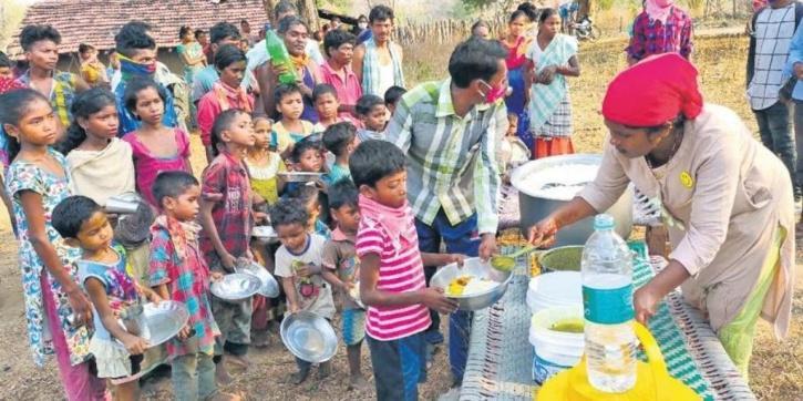 taslima mohammed distributing food to people