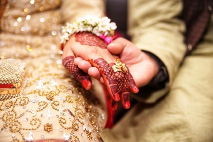 groom holding bride