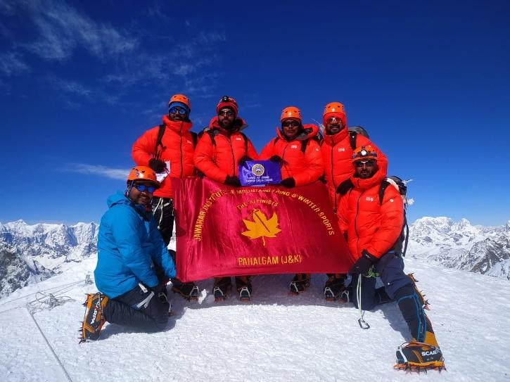 Mahfooz Ilahi and Iqbal Khan with other climbers