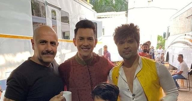 Aditya Narayan with Vishal Dadlani on sets of Indian Idol 12 / Twitter