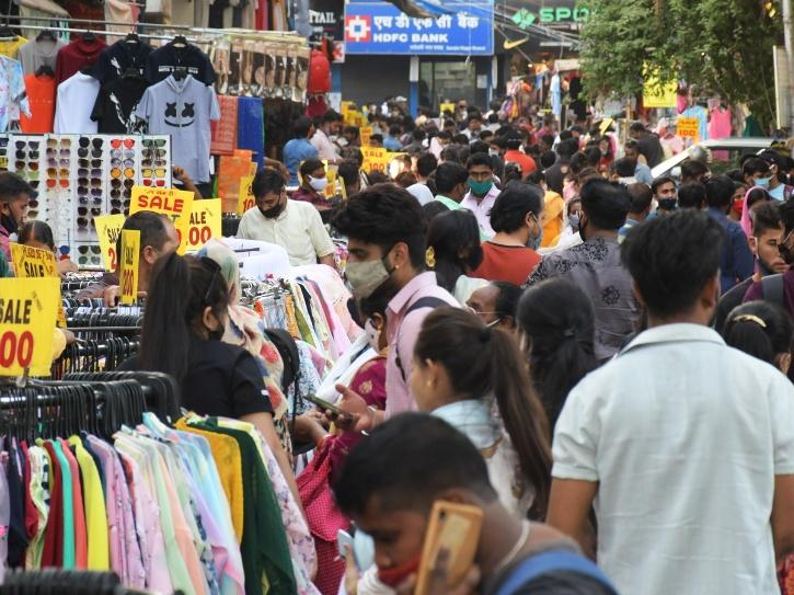 delhi covid market crowd
