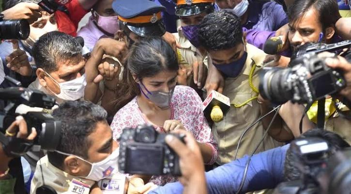 Rhea Chakraborty Mobbed / Twitter