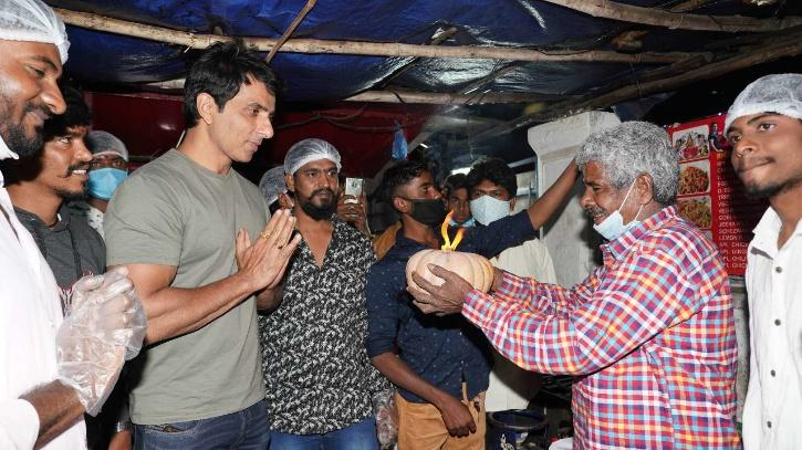 Sonu Sood is the only celerity who has probably personally met the COVID 19 patients or their families to help them and get them out of this grief. The actor tries his level best and we often see him sharing some incredible stories about individuals fight