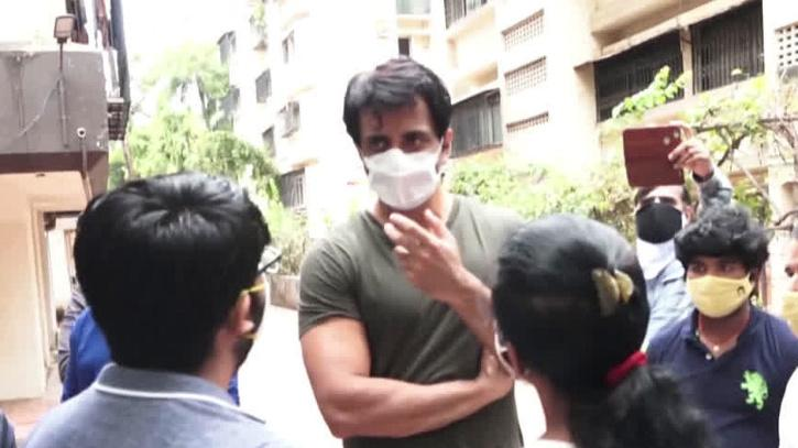 Sonu Sood Meets Tons Of People Who Need Help In This Pandemic, Promises Some Work To An Aspiring Actor