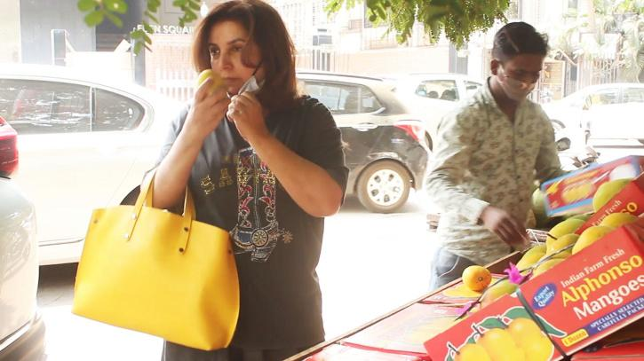 Farah Khan buying mangoes by smelling them / BCCL