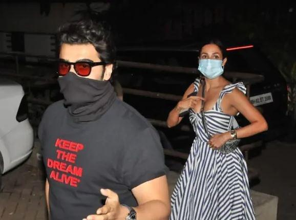 Arjun Kapoor with Malaika Arora outside Kareena Kapoor