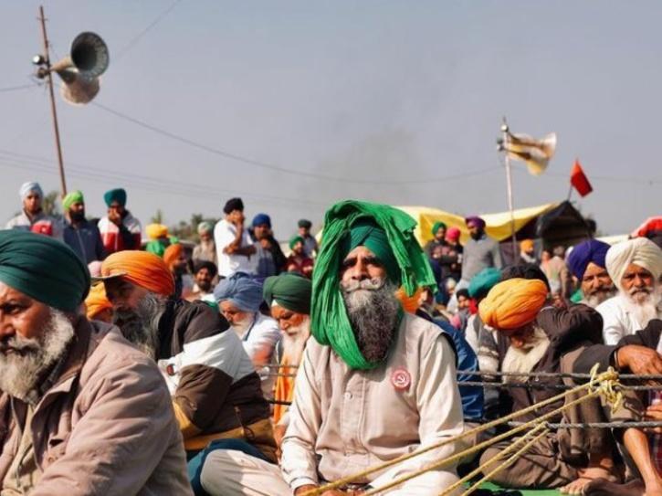 farmers block highway