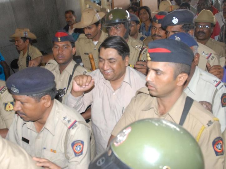 Stamp Paper scam accused Abdul Karim Telgi coming out of High Court.