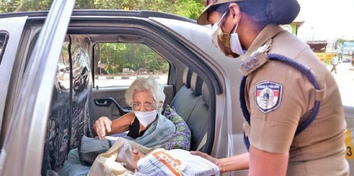 Kerala Amma Giving Food packets To Police on COVID Duty