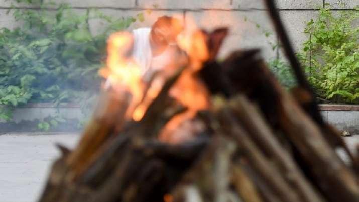 Muslim men help cremate Hindu man