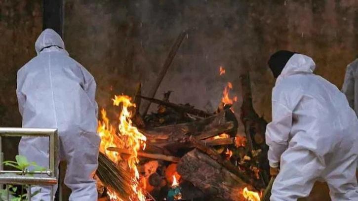 Muslim men help perform last rites of Hindu man