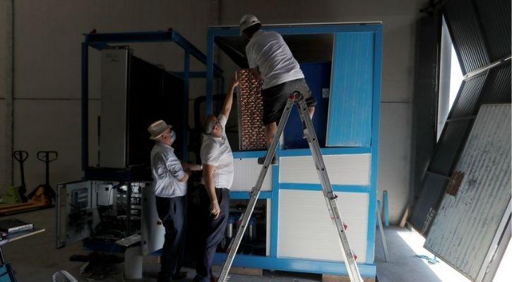 Spanish engineer machine maintenance