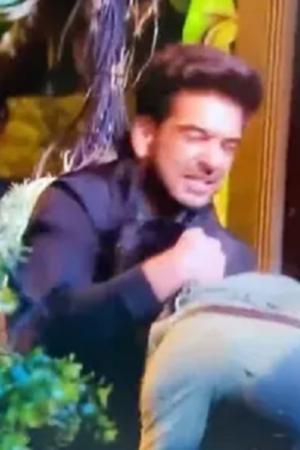 Karan Kundra Choke Slams Pratik, Angry Fans Express Their Shock, Wants Him Out Of The Show