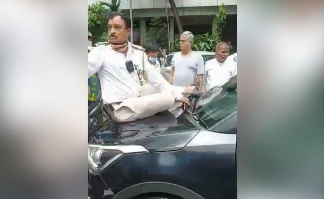 Man Drags Mumbai Traffic Cop on Car Bonnet For 1 Km to Evade Fine