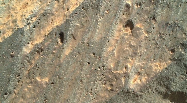 사진에서: NASA의 끈질긴 탐사로봇이 화성 암석에 구멍을 파고 있습니다.