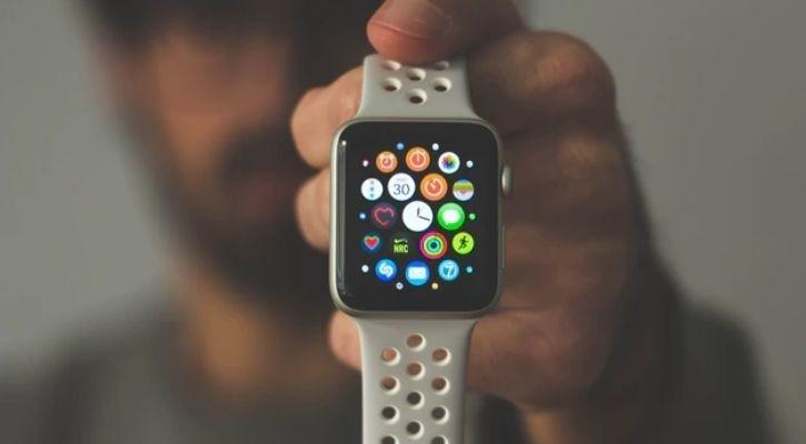 Your Next Apple Watch Could Come With A Thermometer & Blood Pressure Tracker
