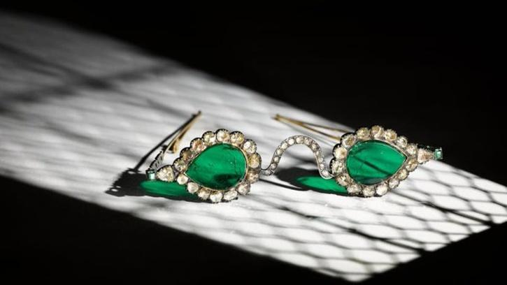 A pair of Mughal spectacles set with emerald lense