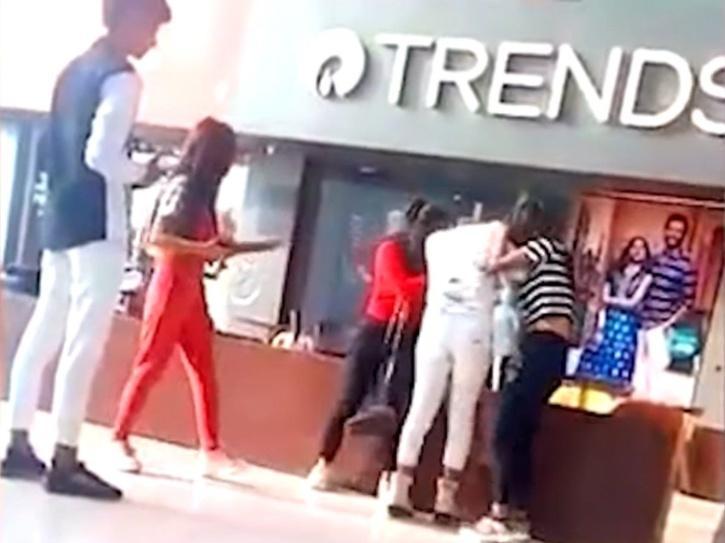 Girls fight over boyfriend in shopping mall