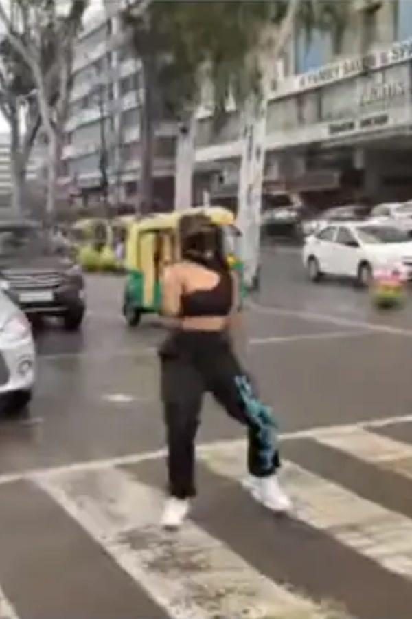 indore-girl-dancing on traffic signal