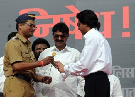 Cop offers rose to Raj Thackeray