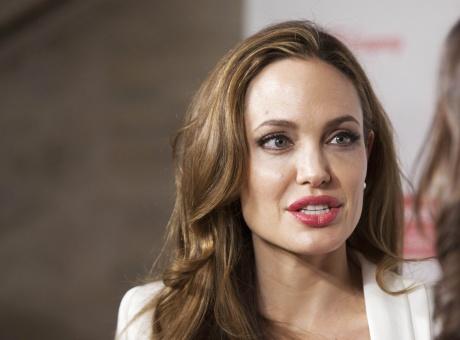 Angelina Jolie to wear slinky dress for wedding