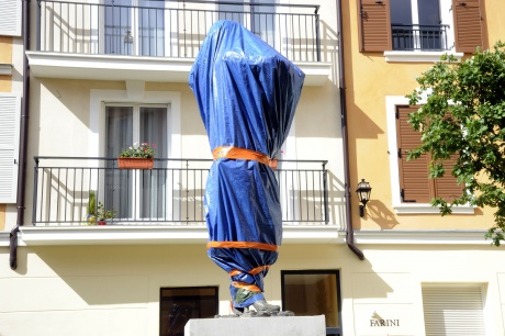 'Worker' Carla Bruni-Sarkozy statue sparks outrage