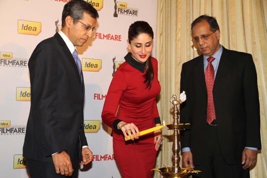 Kareena lighting the lamp with Tarun Rai and Rajat Mukarji